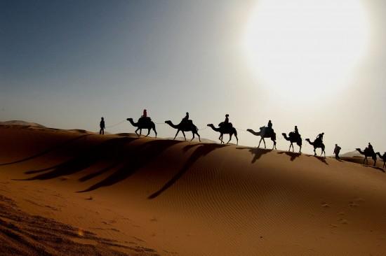 1920px-Maroc_Sahara_caravane1-e1480384008540.jpg