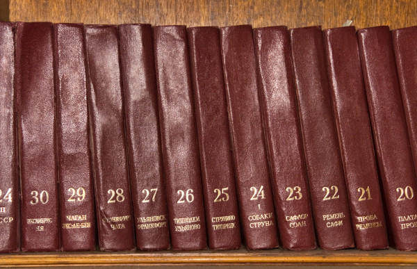 depositphotos_1634872-stock-photo-shelf-with-old-books-front.jpg